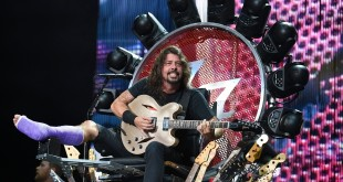 Foo Fighters broken leg tour-dave-grohl